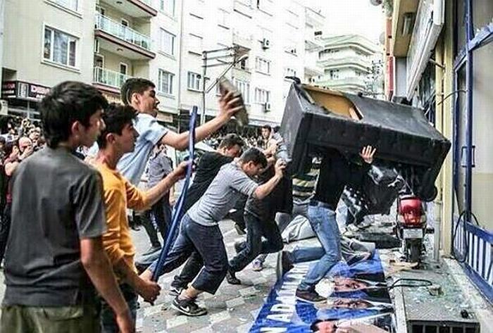 """Μία από τις εικόνες που αναζητούσαμε παραπάνω. """"Σωστή χρήση καναπέ στα γραφεία του κόμματος του Ερντογάν, κάπου στη Τουρκία"""" όπως σχολίασε κι ο φίλος Νίκος Μπιτσιμέας"""