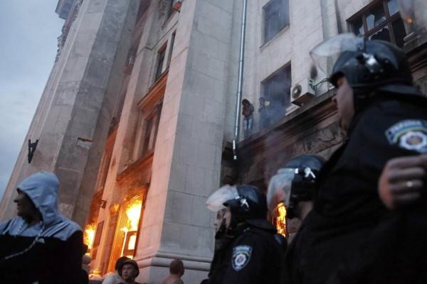 αστυνομία και νεοναζί μπροστα στο φλεγόμενο κτήριο των συνδικάτων