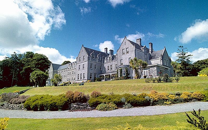 """Το Ξενοδοχείο του """"Lobster"""" είναι το 5άστερο βικτοριανό Park Hotel που χτίστηκε το 1897 στην πόλη Κενμέιρ, μια πόλη 2.175 κατοίκων, στο Νότο της Ιρλανδίας."""