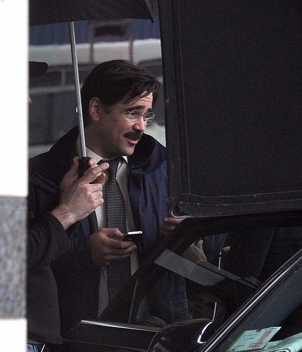 """Ο Κόλιν Φάρελ με γυαλιά και μουστάκι, στα γυρίσματα του """"The Lobster"""""""