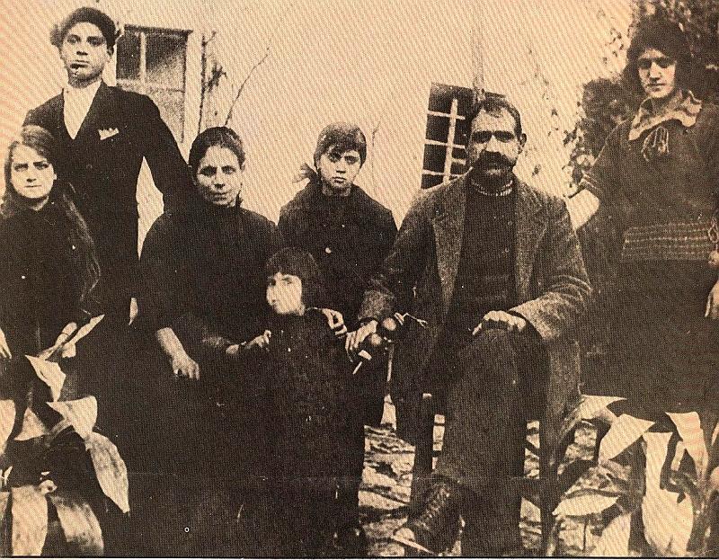 Ο Τάσος Τούσης, όρθιος από αριστερά σε φωτογραφία με την οικογένειά του