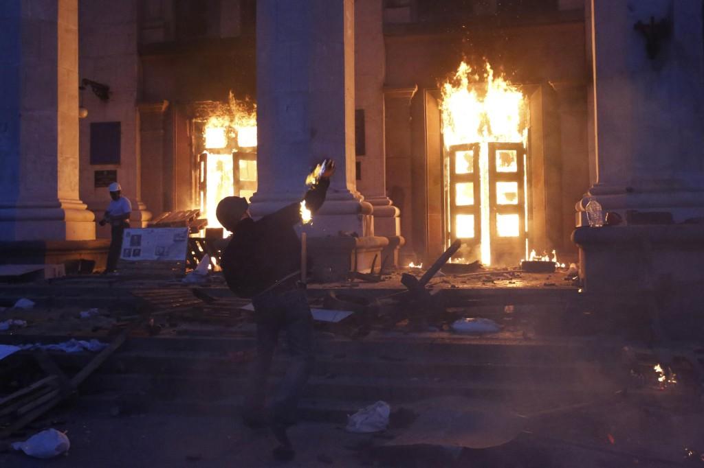 """Οδησσός, Ουκρανία. 2/5/2014. το """"Σπίτι των συνδικάτων"""" πυρπολείται από νεοναζιστές"""