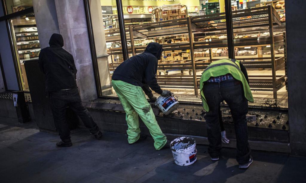 """Ακτιβιστές στο Λονδίνο ρίχνουν μπετό πάνω στα """"καρφία"""" για τους αστέγους έξω από ένα κατάστημα της αλυσίδας Tesco"""