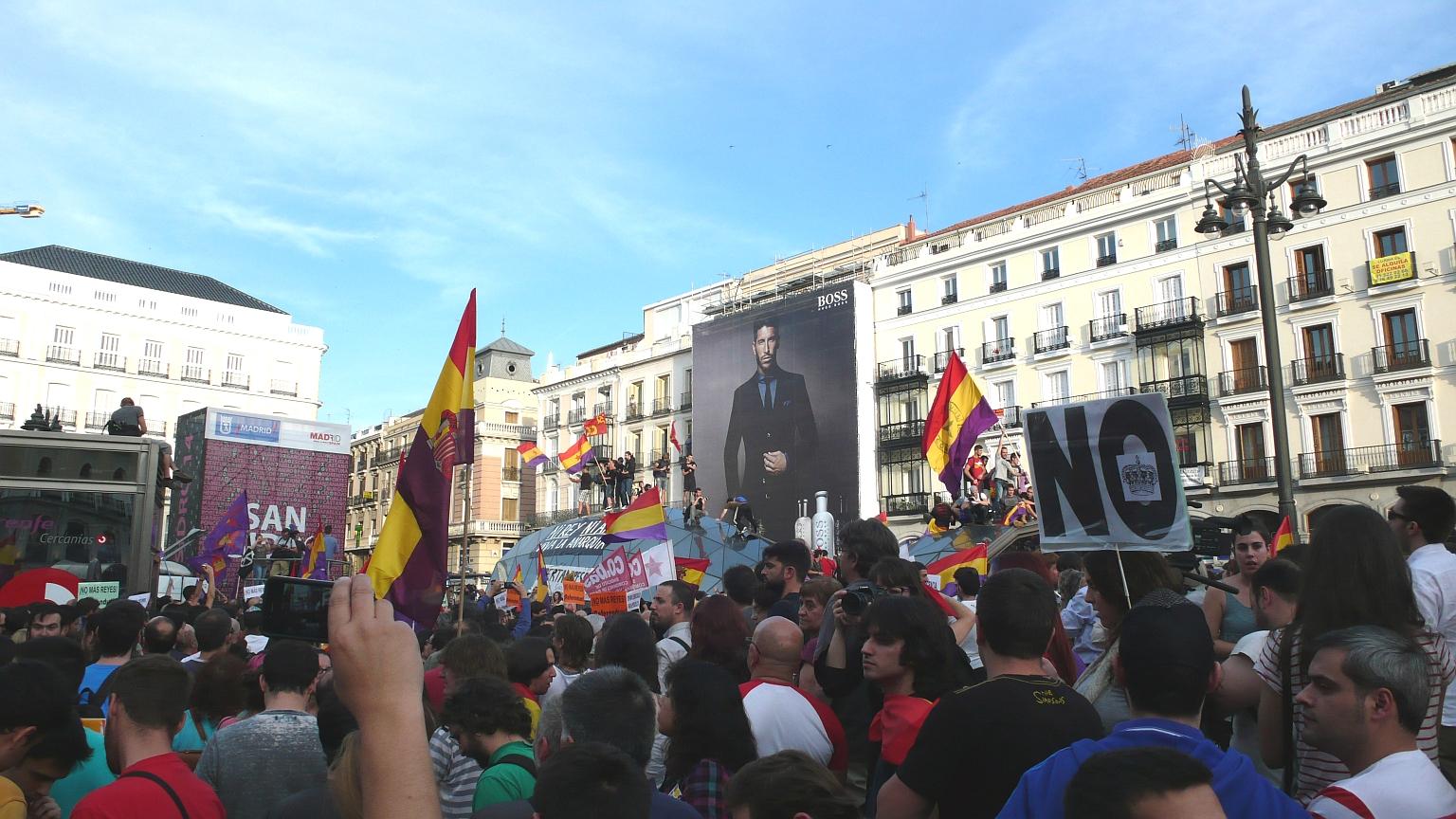 Puerta_del_Sol_Multitude_2014_06_02_1_B