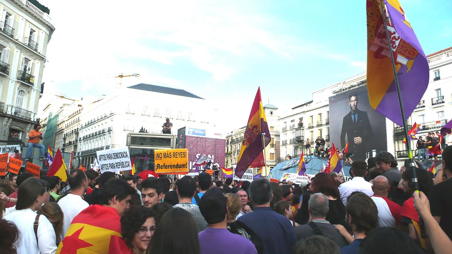 Puerta_del_Sol_Multitude_2014_06_02_1_C