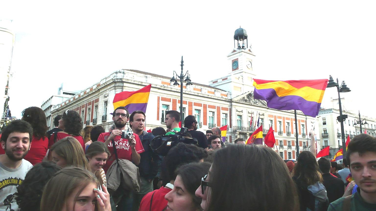 Puerta_del_Sol_Multitude_2014_06_02_2