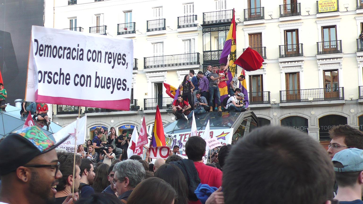 Puerta_del_Sol_Multitude_2014_06_02_2_E