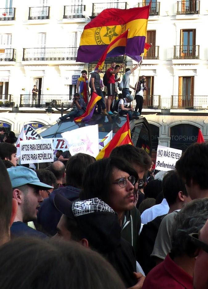 Puerta_del_Sol_Multitude_2014_06_02_2_F