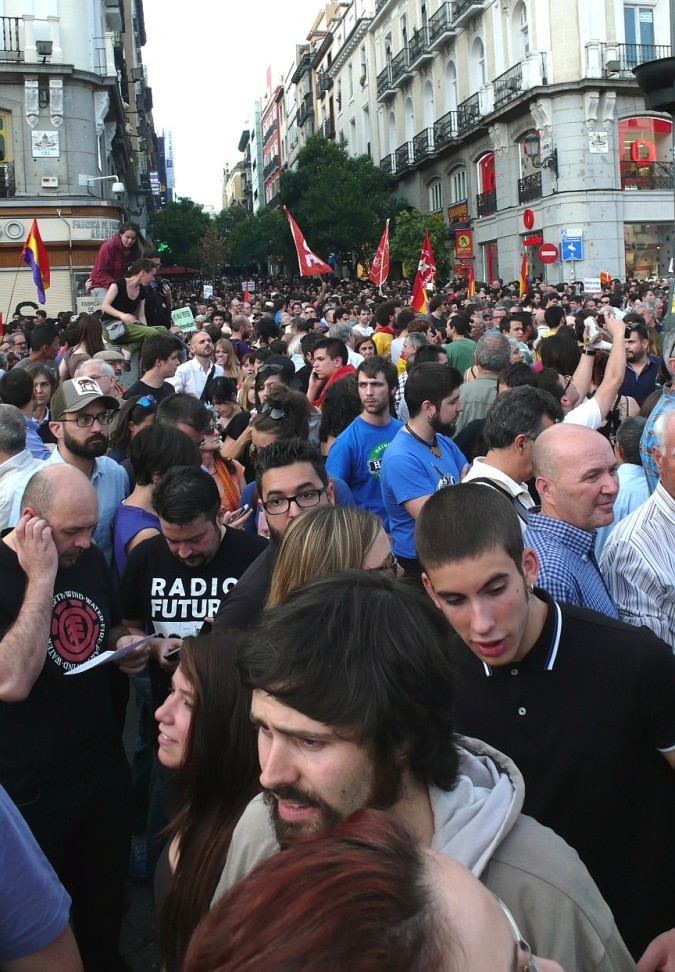 Puerta_del_Sol_Multitude_2014_06_02_2_G