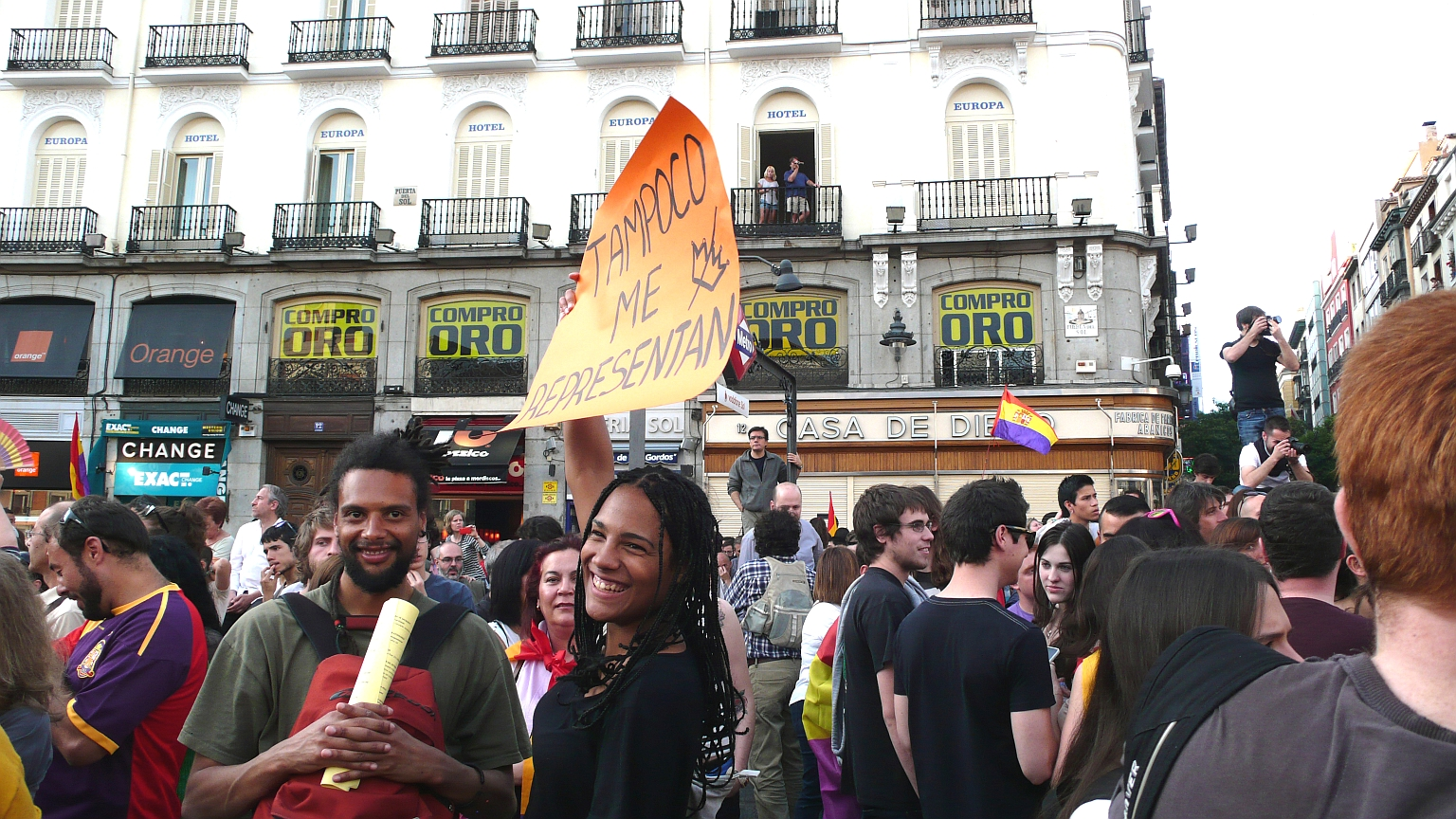 Puerta_del_Sol_Multitude_2014_06_02_2_H