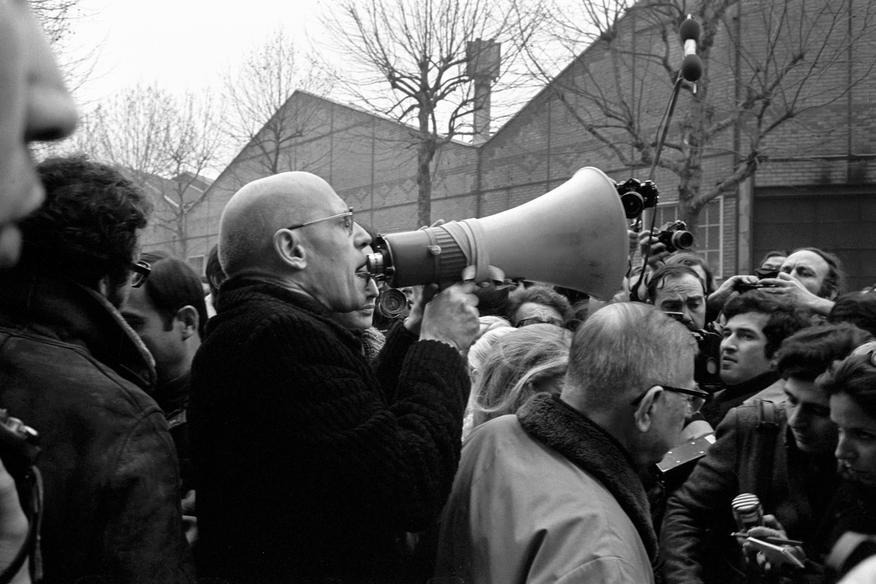 O Michel Foucault και ο Jean Paul Sartre έξω από την είσοδο του εργοστασίου της Renault  διαμαρτυρontai για τη δολοφονία του νεαρού μαοϊκού Pierre Overney