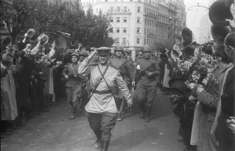 Η υποδοχή του κόκκινου στρατού από τους κατοίκους του Βελιγραδίου μετά την απελευθέρωση της πόλης από τους Γερμανούς