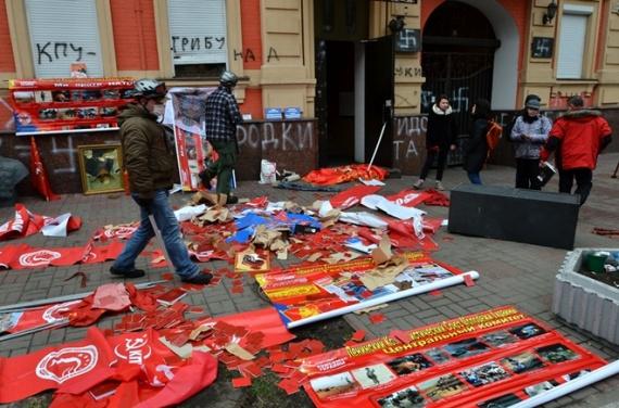 Από παλαιότερη επίθεση ακροδεξιών και νεοναζί στα γραφεία του Κομμουνιστικού Κόμματος Ουκρανίας