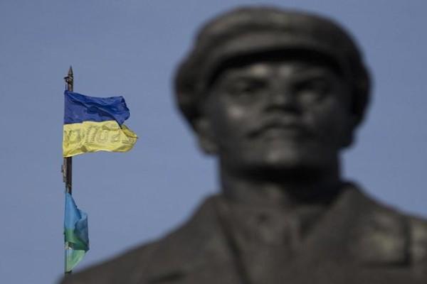 Η σημαία του Κιέβου πίσω από το μνημείο του Λένιν στο Σλαβιάνσκ
