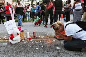 Ένα κερί στη μνήμη του Μάικλ Μπράουν, ενός ακόμα δολοφονημένου Αφροαμερικανού