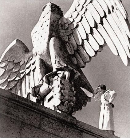 "Foto: Corbis. Η Ρίφενσταλ στη Νυρεμβέργη το 1934, για το γύρισμα της ταινίας ""Ο Θρίαμβος της Θέλησης"""