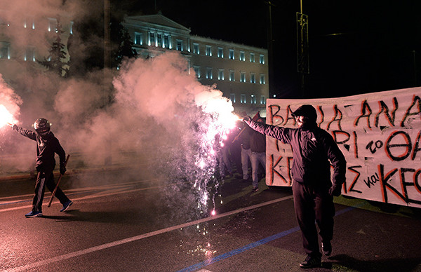 athens-riots-cars-burn.si