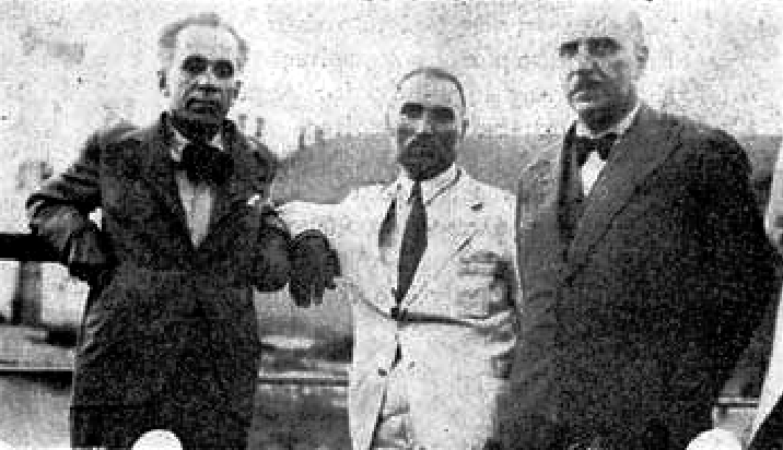 Δεξιά ο Δ. Γληνός, αριστερά ο Κ. Βάρναλης και στη μέση ο Ν. Καστρινός ο πρώτος αρθρογράφος του «Ριζοσπάστη»