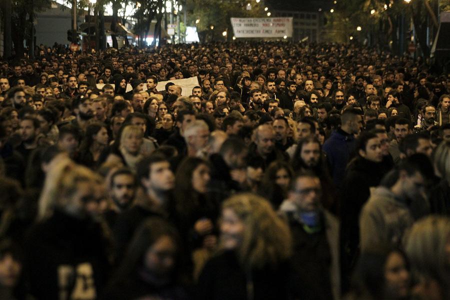 Διαδηλωτές φωνάζουν συνθήματα κατά τη διάρκεια πορείας  στη μνήμη του Α. Γρηγορόπουλου, το Σάββατο 6 Δεκεμβρίου 2014. Έξι χρόνια συμπληρώνονται σήμερα από τον φόνο του Αλέξη Γρηγορόπουλου στα Εξάρχεια, και για τον σκοπό αυτό διοργανώνονται πλήθος εκδηλώσεων και συγκεντρώσεων σε πολλές πόλεις της χώρας. Οι συγκεντρώσεις έχουν και τη μορφή συμπαράστασης στον απεργό πείνας Νίκο Ρωμανό.  πηγή: ΑΠΕ-ΜΠΕ/ΑΠΕ-ΜΠΕ/ΟΡΕΣΤΗΣ ΠΑΝΑΓΙΩΤΟΥ