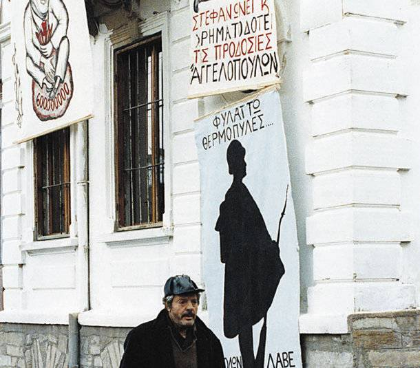 Ο Μαρτσέλο Μαστρογιάννη δίπλα στα πλακάτ με τα οποία ο Καντιώτης γέμισε την πόλη της Φλώρινας