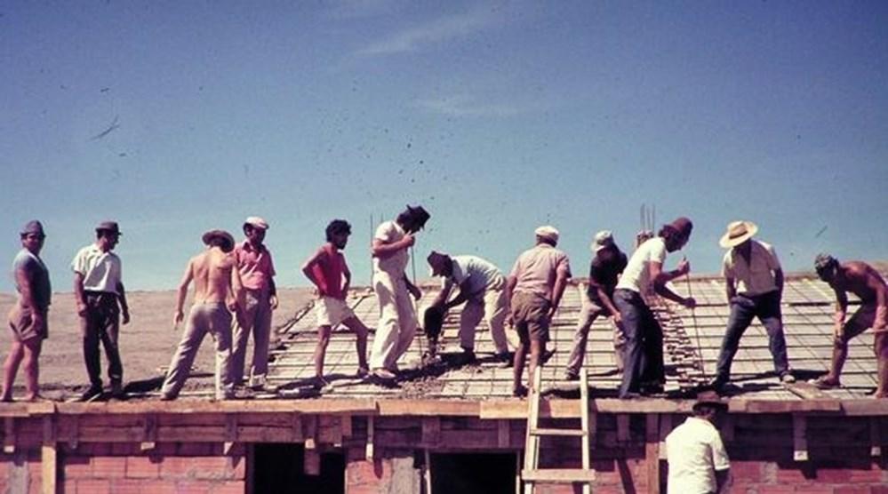Κάτοικοι και τεχνικοί κατά την διάρκεια κατασκευής