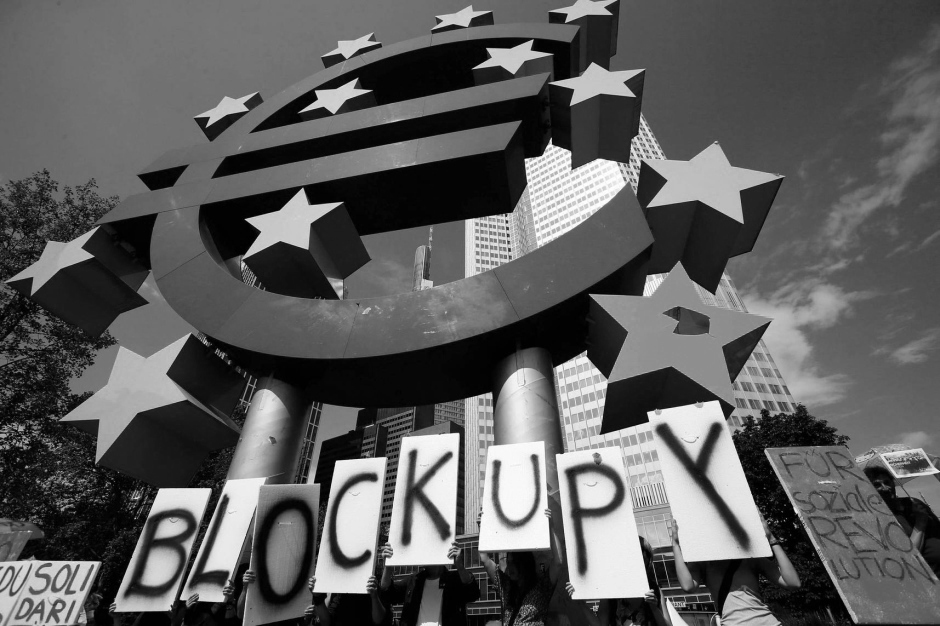 blockupy-vor-eurozeichen-in-frankfurt