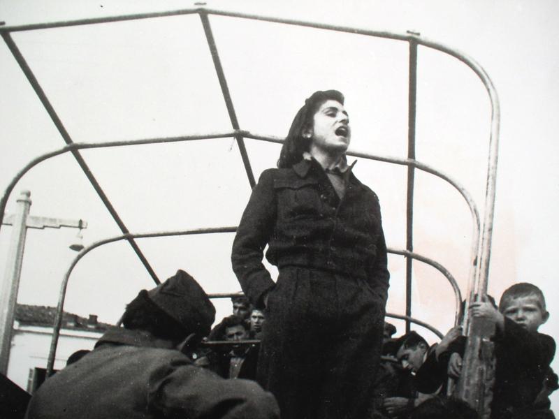 Η αγωνίστρια του ΕΛΑΣ, Ολυμπία Παπαδούκα, τραγουδάει σε χωριό της Θεσσαλίας. 1944