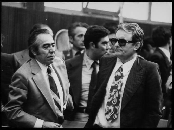 Οι πρώην διοικητές του ΕΑΤ-ΕΣΑ Θεόδωρος Θεοφιλογιαννάκος (αριστερά) και Νίκος Χατζηζήσης (δεξιά), στη δίκη των βασανιστών, τον Οκτώβριο του 1975