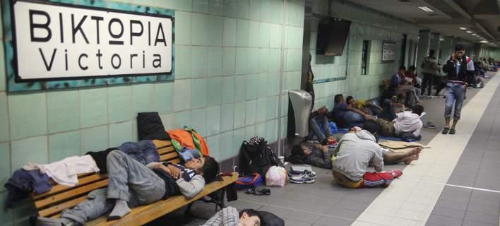 Πρόσφυγες προσπαθούν να βρουν προστασία από τη βροχή στον σταθμό του Ηλεκτρικού στη Βικτώρια (Eurokinissi-ΖΩΝΤΑΝΟΣ ΑΛΕΞΑΝΔΡΟΣ)