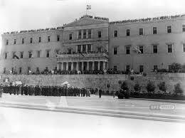 18 Οκτωβρίου 1944. Πλήθος κόσμου έχει κατακλύσει το κτήριο της Βουλής των Ελλήνων για να παρακολουθήσει την κατάθεση στεφάνου στο Μνημείο του Αγνώστου Στρατιώτη από τον πρωθυπουργό της Απελευθέρωσης Γεώργιο Παπανδρέου, Αρχείο ΕΡΤ – Πέτρος Πουλίδης