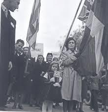 Διαδηλώση ΕΔΕΣ στην Αθήνα τις μέρες της Απελευθέρωσης με πλακάτ υπέρ Πλαστήρα και Ζέρβα, εκδ. Δημήτρης Παπαδήμος. Ταξιδιώτης φωτογράφος. 1943-1980, ΜΙΕΤ