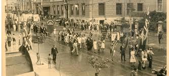 Διαδηλωτές της Απελευθέρωσης διασχίζουν τη συμβολή των οδών Πανεπιστημίου και Πεσματζόγλου, Αρχεία Σύγχρονης Κοινωνικής Ιστορίας