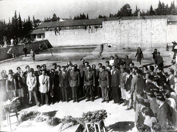 Σκοπευτήριο Καισαριανής. Κατάθεση στεφάνου από τον στρατιωτικό διοικητή του ΕΛΑΣ, στρατηγό Στέφανο Σαράφη, στη μνήμη των εκτελεσμένων αντιστασιακών από τις δυνάμεις Κατοχής. Κατά τη διάρκεια της Κατοχής εκτελέστηκαν στο Σκοπευτήριο της Καισαριανής 645 αντιστασιακοί, Γενικά Αρχεία του Κράτους – Κεντρική Υπηρεσία – Βασίλης Τσακιράκης.