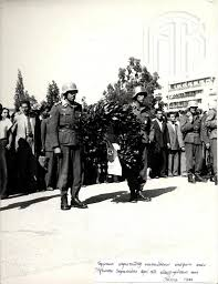 12 Οκτωβρίου 1944. Το τελευταίο τμήμα Γερμανών στρατιωτών καταθέτει στεφάνι στο μνημείο του Αγνώστου Στρατιώτη λίγο πριν αποχωρήσει από την Αθήνα. Γενικά Αρχεία του Κράτους – Κεντρική Υπηρεσία – Βασίλης Τσακιράκης.