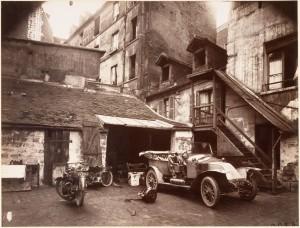Eugène_Atget,_Cour,_7_rue_de_Valence,_1922