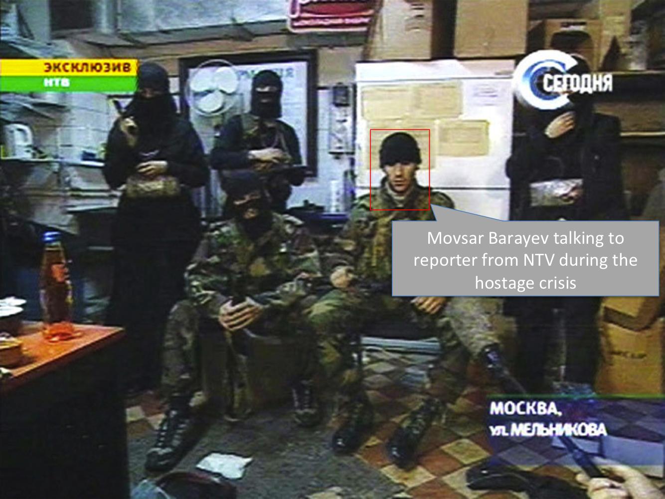 Μοβσάρ Μπαράεφ δίνει συνέντευξη κατά τη διάρκεια της ομηρίας