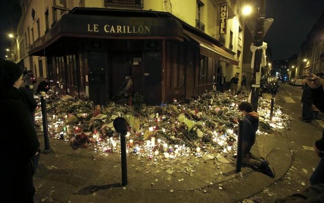 People+pray+outside+Le+Carillon+restaurant