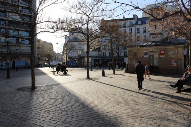 Παρίσι, πλατεία Αλίγκρε Κυριακή πρωί δυο μέρες μετά την επίθεση. Τέτοια μέρα και τέτοια ώρα κανονικά προσελκύει πολύ κόσμο