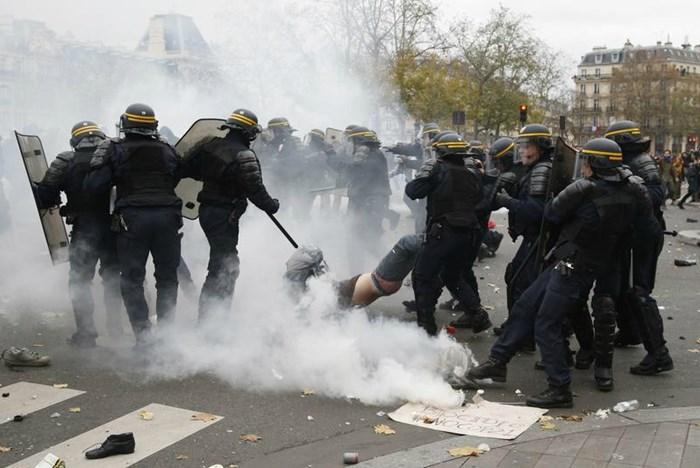 Βία και μπόλικα ..χημικά στις διαδηλώσεις για την κλιματική αλλαγή στο Παρίσι