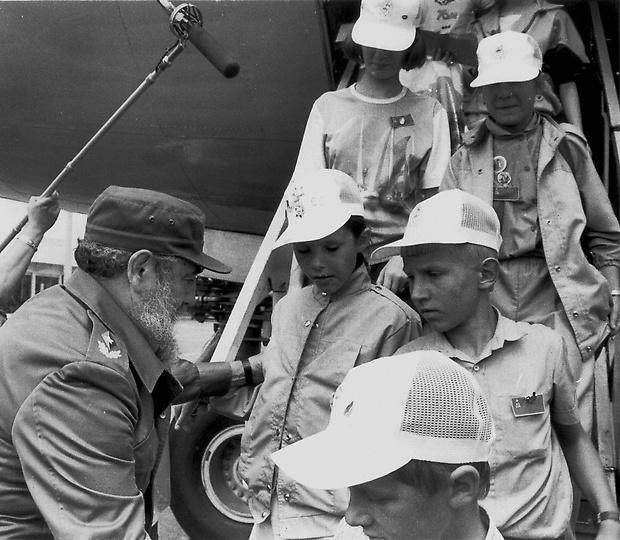 (FILE) Cuban president, Fidel Castro (L)