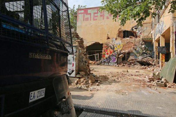 Το πρώην ορφανοτροφείο «Μέγας Αλέξανδρος» στην οδό Γρ. Λαμπράκη στην Άνω Τούμπα, την Τετάρτη 27 Ιουλίου 2016. Σε περισσότερες από 70 συλλήψεις προχώρησαν οι αστυνομικές Αρχές κατά τη διάρκεια μεγάλης επιχείρησης που πραγματοποιήθηκε το πρωί σε τρία υπό κατάληψη κτίρια της Θεσσαλονίκης. Στην επιχείρηση για την εκκένωση των κτιρίων προσήχθησαν αρχικά περισσότερα από 100 άτομα που βρίσκονταν στο εσωτερικό τους και μεταφέρθηκαν στο Αστυνομικό Μέγαρο της Θεσσαλονίκης, προκειμένου να εξεταστούν. Η αστυνομική έφοδος στα καταληφθέντα -από άτομα, προσκείμενα στον ευρύτερο αντιεξουσιαστικό χώρο- κτίρια ξεκίνησε κατά τις πρωινές ώρες. Δεκάδες αστυνομικοί διαφόρων υπηρεσιών της ΓΑΔΘ περικύκλωσαν από νωρίς τα οικήματα και εισέβαλαν στο εσωτερικό τους. Επρόκειτο για το πρώην ορφανοτροφείο «Μέγας Αλέξανδρος» στην οδό Γρ. Λαμπράκη στην Άνω Τούμπα, το «Μανδαλίδειο» Μέγαρο στην παλιά παραλία της Θεσσαλονίκης, στη συμβολή της Λεωφόρου Νίκης με την οδό Βογατσικού, όπως επίσης ένα 8όροφο κτίριο επί της οδού Καρόλου Ντηλ 34, στο κέντρο της πόλης. ΑΠΕ-ΜΠΕ/PIXEL/ΤΡΥΨΑΝΗ ΦΑΝΗ