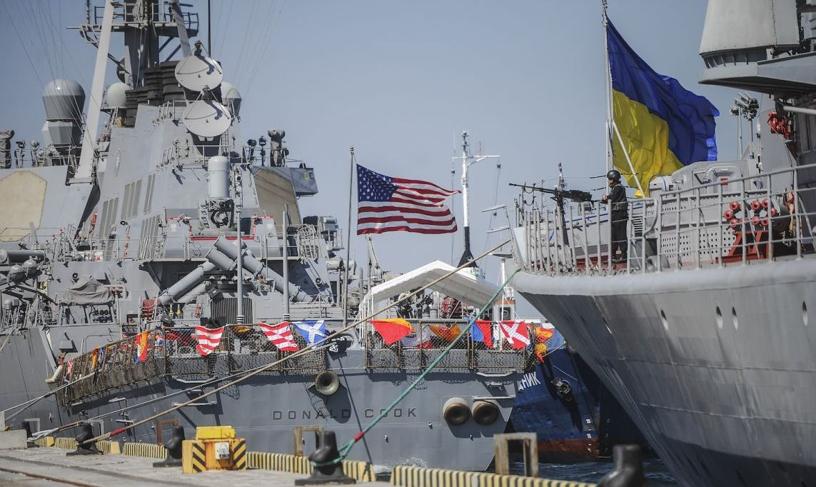 epa04908307 The Ukrainian Navy frigate Hetman Sahaidachnyi (R) and US Navy missile destroyer Donald Cook (DDG-75) are tied up during the Sea Breeze 2015 military drill opening ceremony at the Black Sea port of Odessa, Ukraine, 01 September 2015.  EPA/ANDREW KRAVCHENKO / POOL