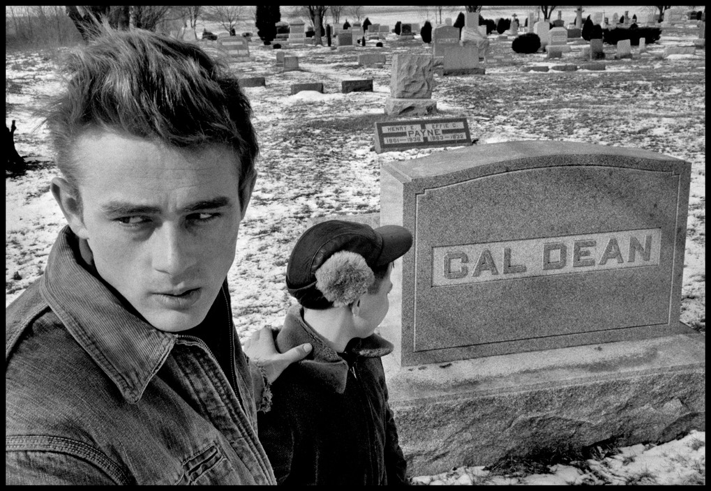 USA. Indiana. Fairmount. 1955. James DEAN returned to his old hometown Fairmount (Indiana) and visited the cemetery where he found the grave of one of his ancestors that had the same name as him and of that of Cal whose role he played.