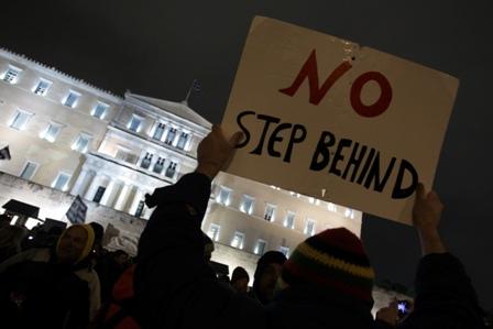 Πολίτες κρατώντας πλακάτ διαδηλώνουν στη πλατεία Συντάγματος, Αθήνα, την Τετάρτη 11 Φεβρουαρίου 2015. Συγκεντρώσεις πολιτών πραγματοποιήθηκαν στην Αθήνα και σε πολλές πόλεις της Ελλάδας και του Εξωτερικού, υποστήριξης της κυβέρνησης στις διαπραγματεύσεις με τους ευρωπαίους εταίρους. ΑΠΕ-ΜΠΕ/ΑΠΕ-ΜΠΕ/ΣΥΜΕΛΑ ΠΑΝΤΖΑΡΤΖΗ