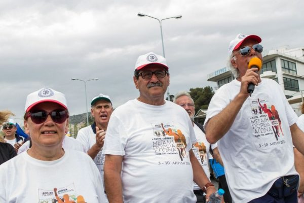 Ο δήμαρχος της Πάτρας, Κώστας Πελετίδης, επικεφαλής της πορείας από την Πάτρα στην Αθήνα, ε