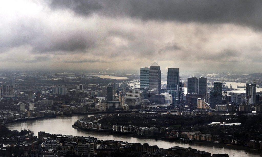 Συννεφιασμένος ουρανός πάνω από το City του Λονδίνου