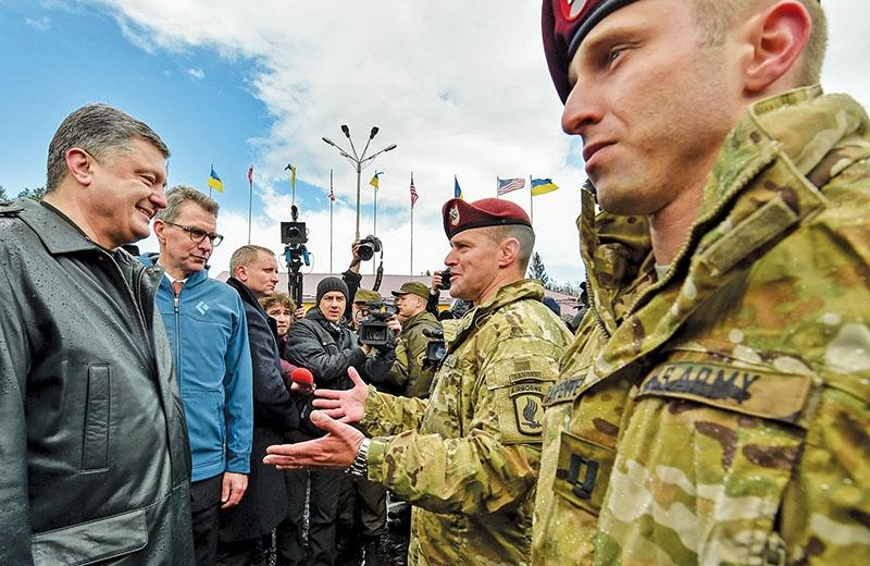 Ο Ουκρανός πρόεδρος Ποροσένκο πο υματοκυλά τον λαό του Ντονμπάς και ο τότε πρέσβης των ΗΠΑ στο Κίεβο - σημερα στην Αθήνα - Geoffrey R. Pyatt κατά την επιθεώρηση Αμερικανών στρατιωτών στοπλαίσιο της κοινής αμερικανο - ουκρανικής στρατιωτικής άσκησης στο Λβοβ, τον περασμένο Απρίλη
