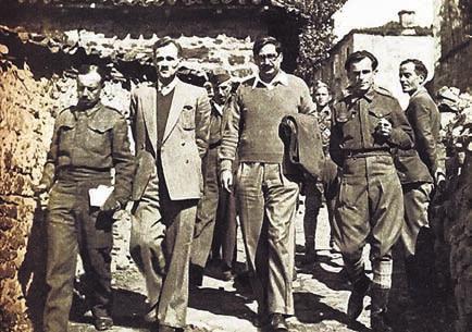 Ο Γιάννης Ζέβγος (δεύτερος από αριστερά) και ο Θεμιστοκλής Τσάτσος, μέλη της Κυβέρνησης Εθνικής Ενότητας στη Φουρνά Ευρυτανίας το φθινόπωρο 1944 λίγο πριν από την Απελευθέρωση. Δεξιά, ο Πέτρος Ρούσος