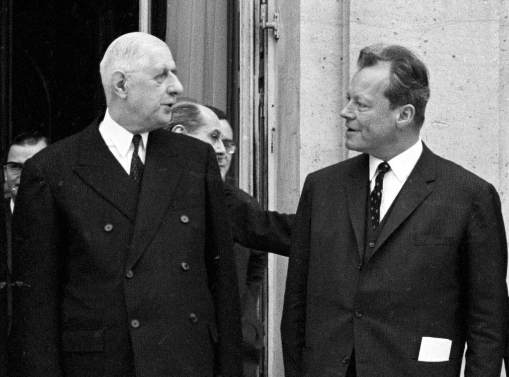 Willy Brandt, Bundesminister des AuswŠrtigen (r.) im GesprŠch mit Charles de Gaulle, PrŠsident Frankreichs, vor dem Elyse-Palast (Antrittsbesuch der neuen Regierung der Gro§en Koalition).