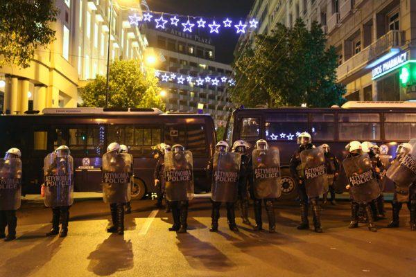 Διμοιρίες των ΜΑΤ έχουν δημιουργήσει φράγμα στην οδό Σταδίου στο ύψος του αγάλματος του Κολοκοτρώνη για να εμποδίσουν την διέλευση των διαδηλωτών προς το Σύνταγμα μετά την ανακοίνωση απαγόρευσης από την αστυνομία λόγω της επίσκεψης του αμερικανού προέδρου Μπαράκ Ομπάμα, στην Αθήνα, Τρίτη 15 Νοεμβρίου 2016. Έφτασε στην Ελλάδα ο Μπαράκ Ομπάμα, πρώτος σταθμός στο τελευταίο του ταξίδι στην Ευρώπη ως Πρόεδρος των ΗΠΑ, ενώ θα ακολουθήσει η επίσκεψή του στη Γερμανία. Ο Μπαράκ Ομπάμα, είναι ο τέταρτος πρόεδρος των ΗΠΑ που επισκέπτεται την Αθήνα, δεκαεπτά χρόνια μετά την επίσκεψη του Μπιλ Κλίντον.  ΑΠΕ ΜΠΕ/ΑΠΕ ΜΠΕ/ΑΛΕΞΑΝΔΡΟΣ ΒΛΑΧΟΣ